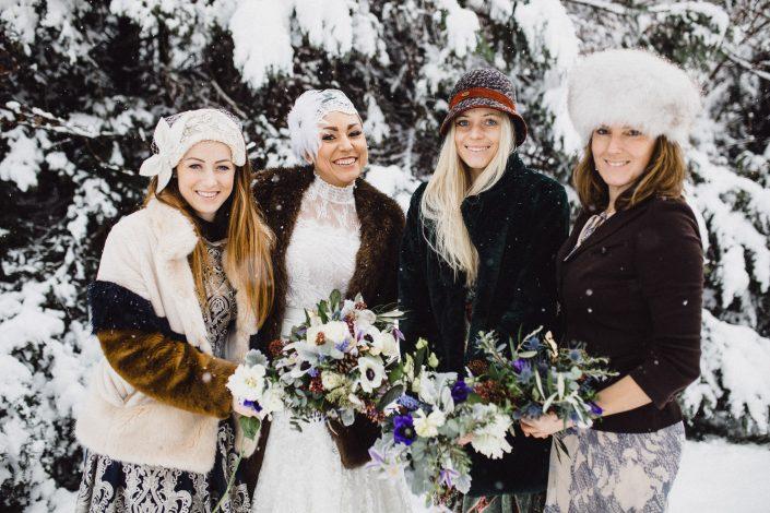 Winterhochzeit Brautjungfern und Braut in weissem Brautkleid
